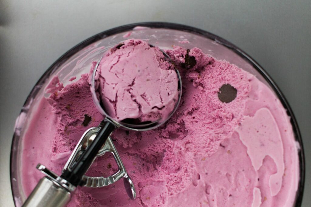 Homemade Summer Berry Ice Cream with Dark Chocolate Chunks - Check out this incredible Ice cream recipe!